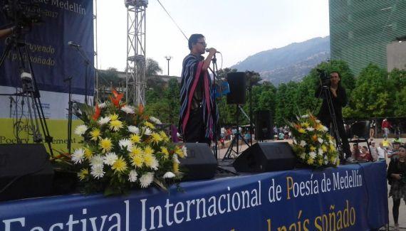 10 Cierre del sábado 15. Lee el poeta Pedro Ortiz, de la nación Inga, Colombia