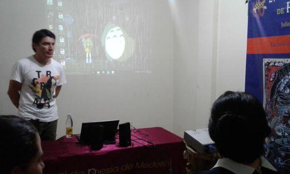 4 El poeta mexicano Balam Rodrigo, en su taller en el barrio de Medellín Manrique Central. En la escuela itinerante Víctor Jara.