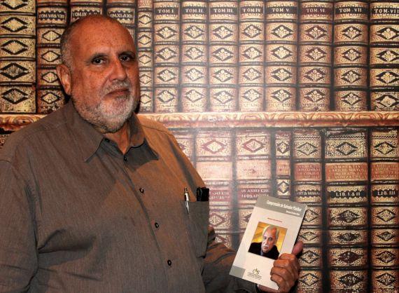 5 El escritor Enrique Viloria Vera con su libro sobre Paniker (foto de José Amador Martín)