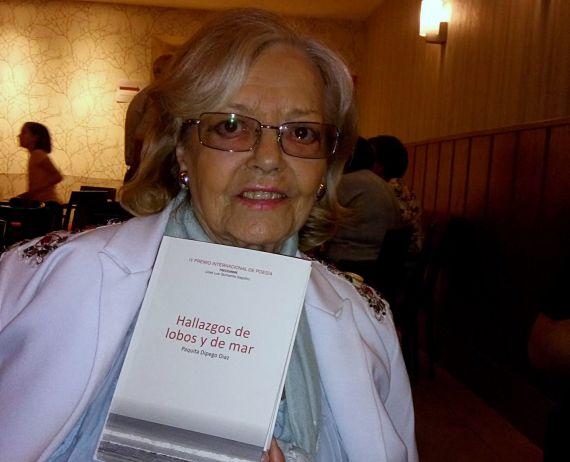 7 La poeta Araceli Sagüillo, fundadora del premio, con el libro ganador