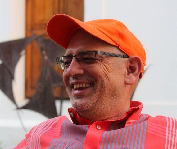 1 El poeta colombiano Luis Fernando Macías