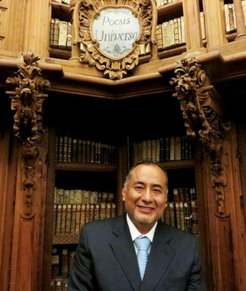 10 El poeta peruano Héctor Ñaupari en la Biblioteca Histórica de la Universidad de Salamanca (foto de Jacqueline Alencar)