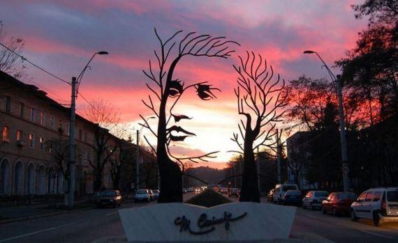 13 Escultura dedicada al poeta Eminiscu, en Onesti