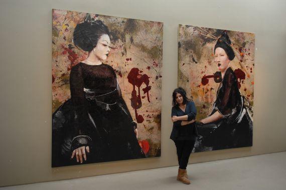 16 Lita Cabellut con dos de sus obras