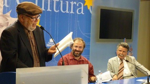 1A José Pulido leyendo en el Encuentro de Poetas Iberoamericanos. En la mesa, A. P. Alencart y Claudio Aguiar (Salamanca, 2012, foto de Jacqueline Alencar)