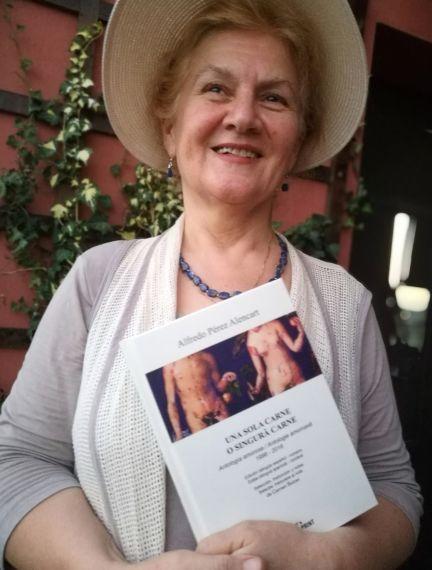 2 Carmen Bulzan con un ejemplar de la la antología Rumana