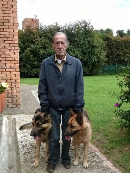 2 El poeta y filósofo Jaime García Maffla en Guaymaral, con sus perros Pércival y Lana