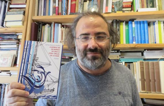 3 El poeta Alfredo Pérez Alencart con el poemario de García Maffla editado por Hebel
