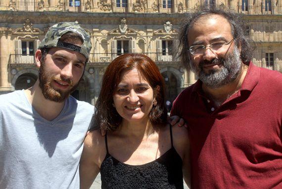 5 José Alfredo, Jacqueline y Alfredo Alfredo Pérez Alencart en la Plaza Mayor de Salamanca (foto de José Amador Martín)