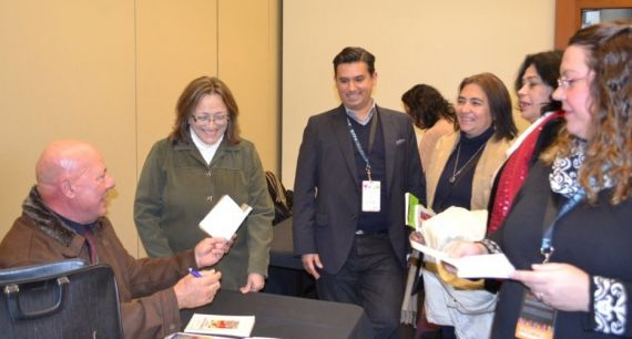 6A Sambra firmando en la Feria del Libro de Toronto (2014)