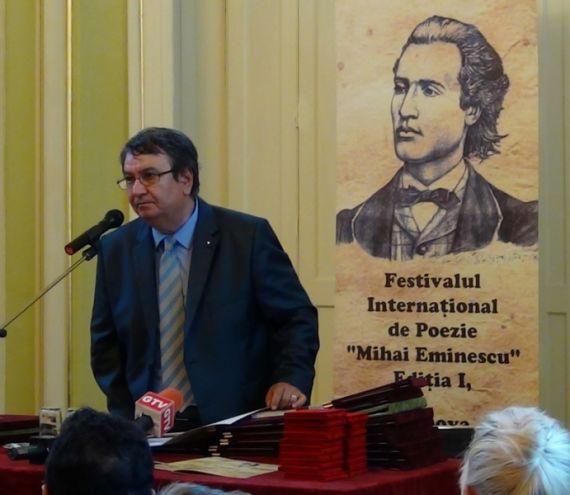 7 El poeta Ion Deaconescu inaugurando una edición pasada del festival de Craiova