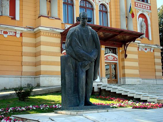 8 Estatua de Lucian Blaga en Cluj-Napoca-