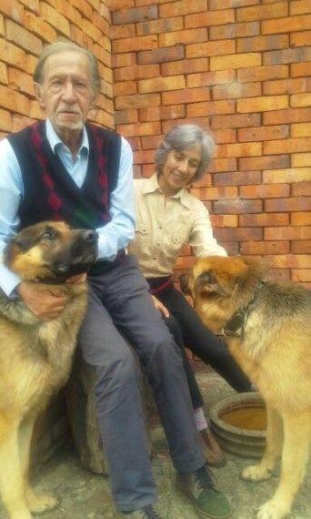 9 Jaime García Maffla y su esposa María Mercedes Arias, con sus perros Pércival y Lana, en Guaymaral