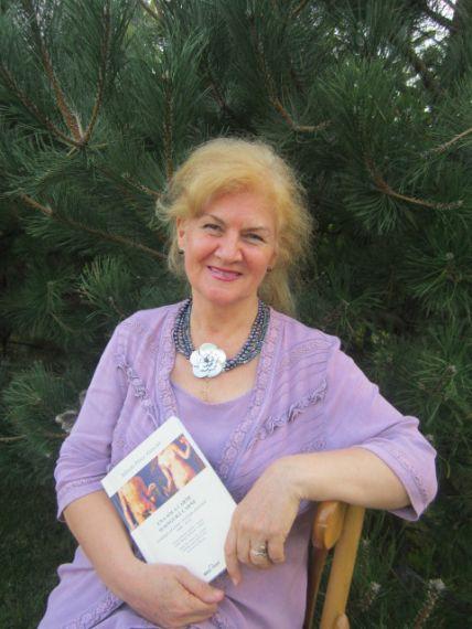 9 Otra imagen de Carmen Bulzan con la antología rumana