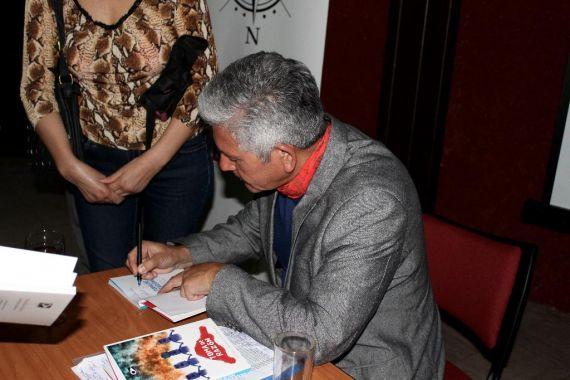 9 Roberto Contreras firmando el poemario