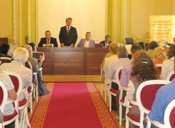 3 Ion Deaconescu (de pie), durante la ceremonia inaugural del Festival Mundial de Poesía Mihai Eminescu (2017)