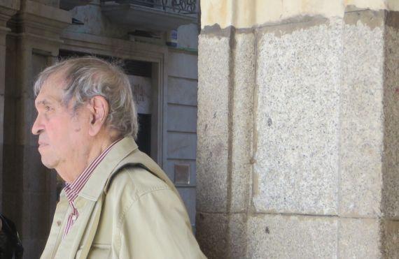 5 Rafael Cadenas en uno de los soportales de la Plaza Mayor de Salamanca (foto de Jacqueline Alencar)