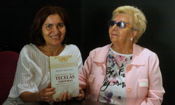 7 Jacqueline Alencar entregando el libro dedicado a Verónica Amat (foto de José Amador Martín)
