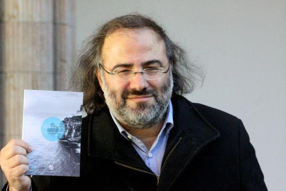 1 Alfredo Pérez Alencart con su poemario bilingüe (foto de José Amador Martín)