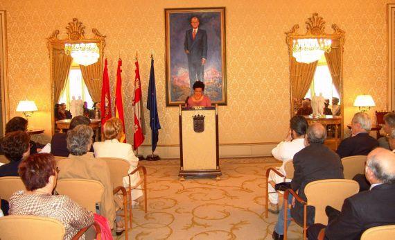1 Ana Ilce Gómez leyendo en el Salón de Recepciones del Ayuntamiento de Salamanca (2005 Foto de Jacqueline Alencar)
