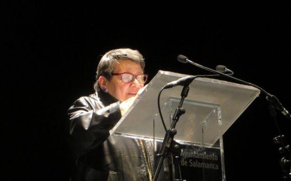1 Lilliam Moro leyendo en el Teatro Liceo de Salamanca