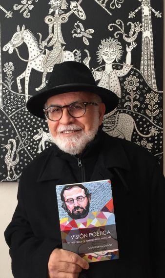 1 Luis Cortés Cabán con el libro (Foto de Gloria Quiñones Caraballo)