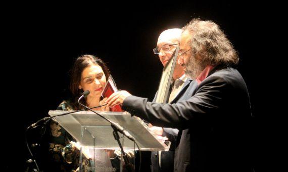 1 Muñoz Quirós recibiendo los libros de manos de Stefania Di leo y A. P. Alencart (foto de José Amador Martín)