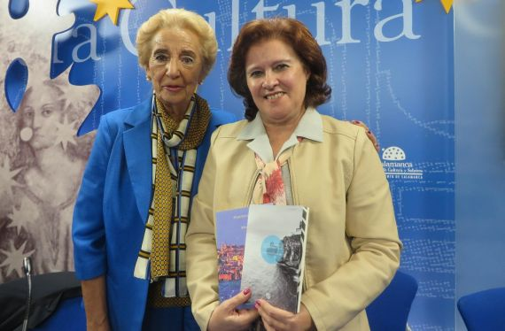 11 Pilar Fernández Labrador y Leocádia Regalo, en la Sala de la Palabra (Foto de José Amador Martín)