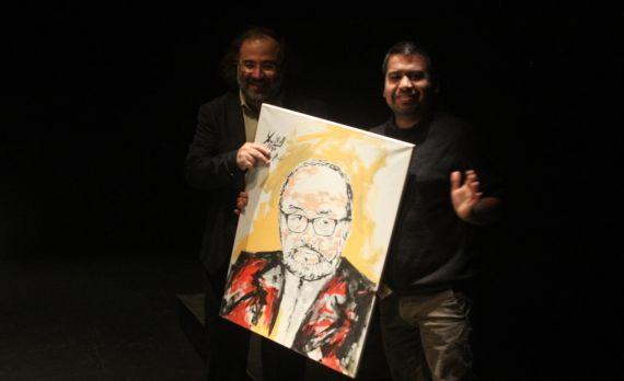 22 A. P. Alencart y Marcelo Gatica, con el retrato de Macáis pintado por Miguel Elías
