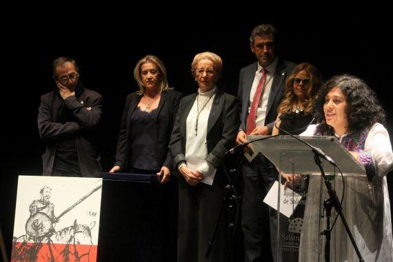 22 Paura Rodríguez leyendo tras recoger su Accésit del IV Premio Internacional de Poesía Pilar Fernández Labrador