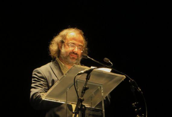 24 A. P. Alencart leyendo los poemas de Raúl Vacas y de Juan Carlos López Pinto