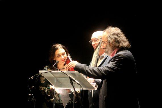 25 Muñoz Quirós recibiendo el II Premio Internacional de Poesía Francisco de Aldana, de manos de Stefania Di Leo y A. P. Alencart