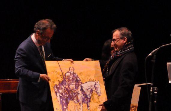 3 Pulido recibiendo su 'Quijote' de manos del pintor Miguel Elías (foto de José Amador Martín)