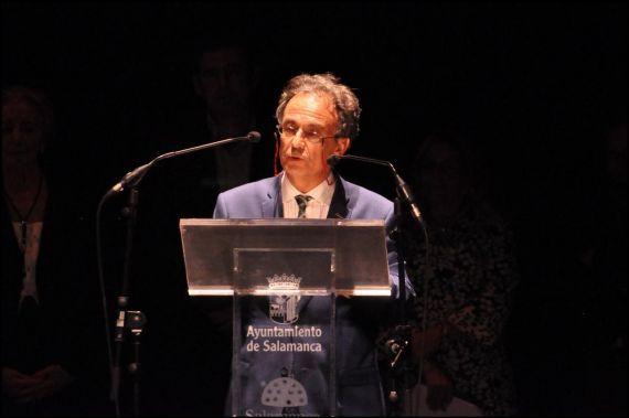 5 José Pulido leyendo en el XIX Encuentro de Poetas Iberoamericanos. Teatro Liceo (foto de José Amador Martín)