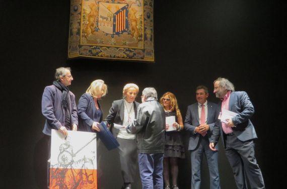 5 Lilliam Moro Recibiendo el Premio de manos de Pilar Fernández Labrador y el cuadro de Miguel Elías