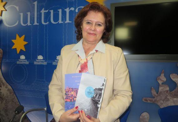 9 Leocádia Regalo con los dos libros de Alencartpublicados en Portugal (Foto de José Amador Martín)