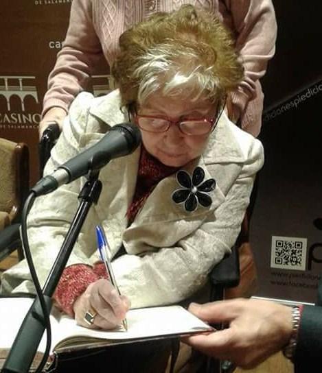1 La poeta Caridad Hernández firmando libros en el Casino de Salamanca (foto de Elena Díaz Santana)