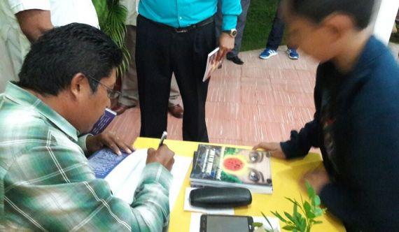 3 Tun Ku dedicando su libro a un niño