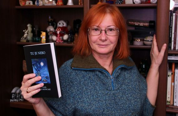 6 La traductora e hispanista Zeljka Lovrencic, con la antología de A. P. Alencart