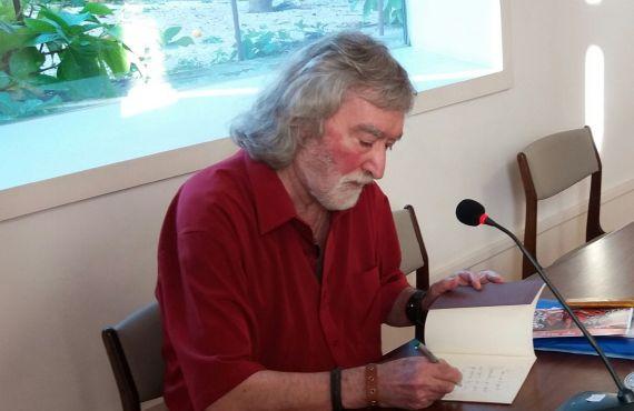 1 El poeta Álvaro Alves de Faria firmando libros en la Casa da Escrita, en Coimbra