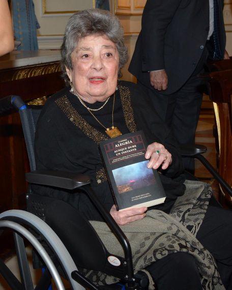 2 Claribel Alegría, en Palacio Real, con la antología preparada por Eva Guerrero