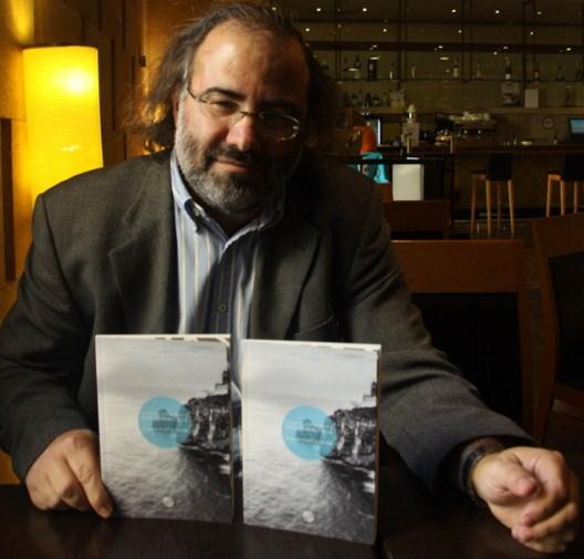 3 Alfredo Pérez Alencart con su libro (foto de José Amador Martín)