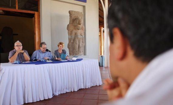 10 Rodríguez Núñez, Chichí Fernández y Stacey Alba Skar Hawkins, durante la presentación (Foto de Evelyn Flores)