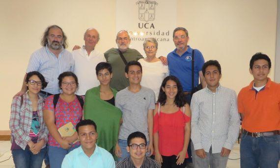16 Alencart, Coco, Najlis, Avilés y Sauma, con jóvenes del taller literario de la UCA