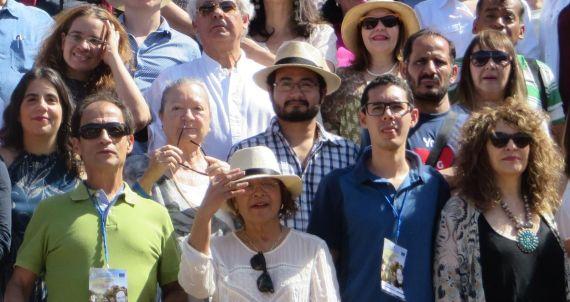 3 Gloria Gabuardi (al centro, en primera fila) con otros poetas del XIV Encuentro