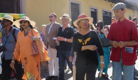 5 Gloria Gabuardi en la Caravana Poética hacia el Lago, con poetas de Malasia, Italia e Islandia