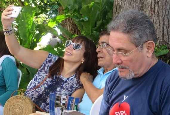 5 Los poetas Avilés, Iván Uriarte y María Augusta Montealegre, en la isleta La Ceiba
