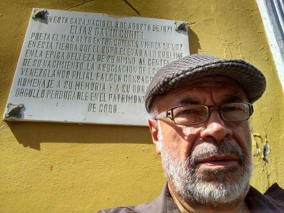 8 Jiménez Emán al fondo placa en la Casa de Curiel