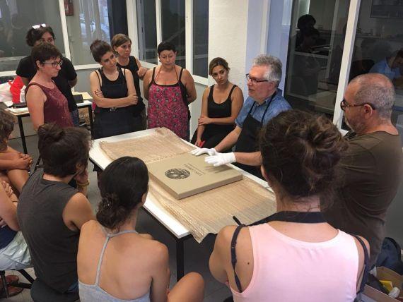 10 Luis Cabrera con un grupo de alumnos en un taller