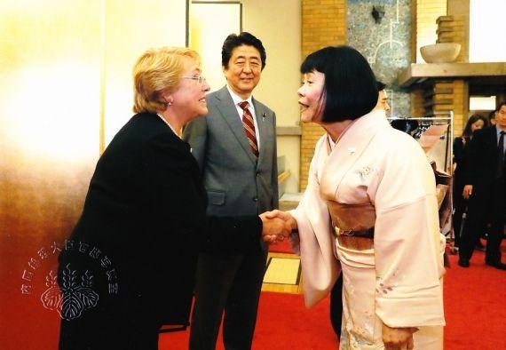 16 La poeta japonesa Satoko Tamura, con el primer ministro de Japón y con la entonces presidente de Chile (febrero)